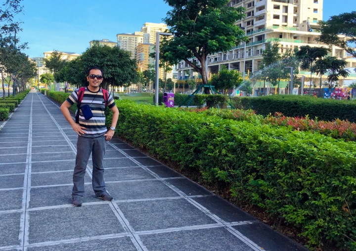 I, as I pose on one of the footpaths that surround Terra 28. Adjacent street, whichis partly seen at the left side is 28th Street, BGC.